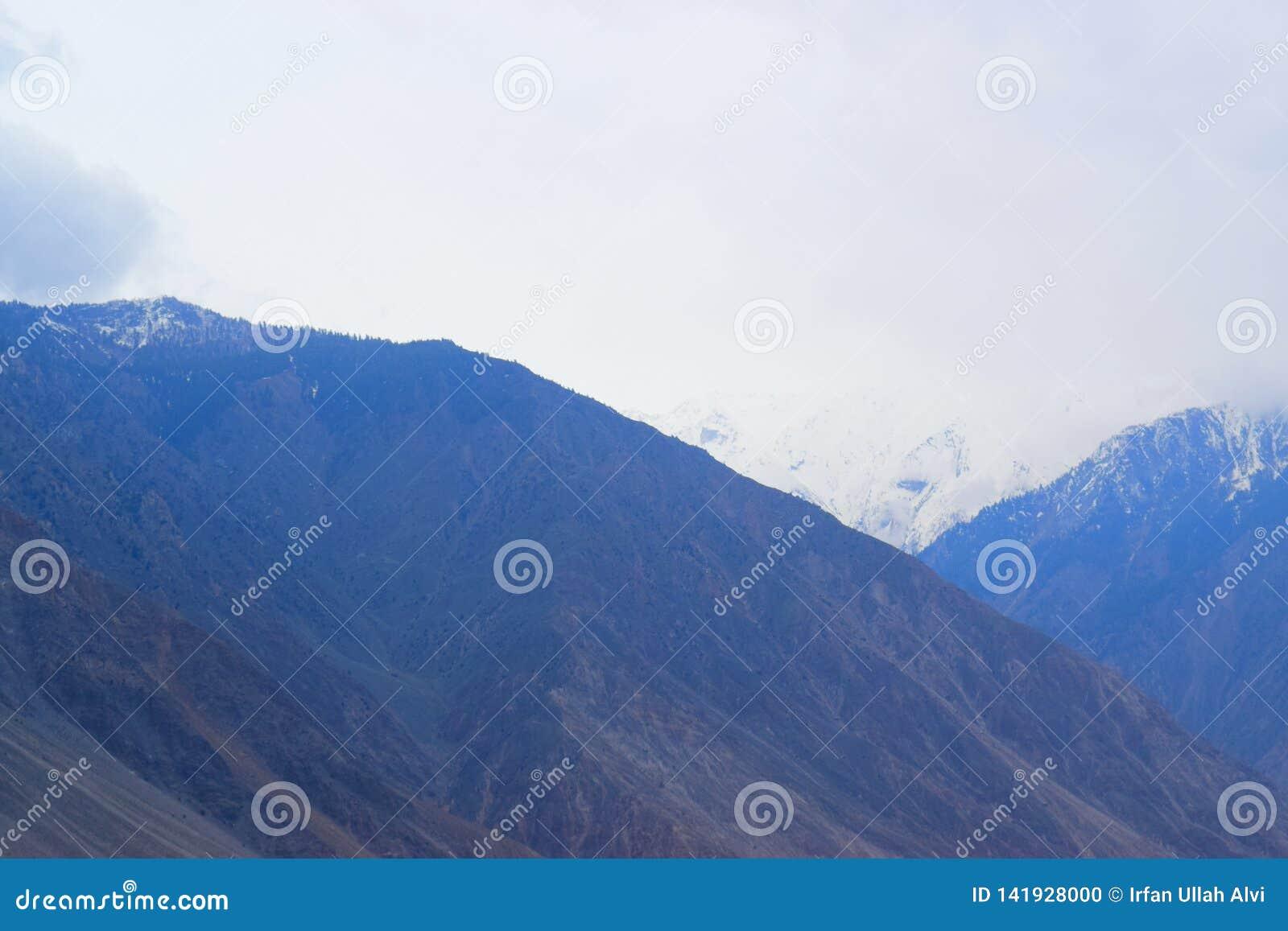 Ландшафт гор в пасмурном дне