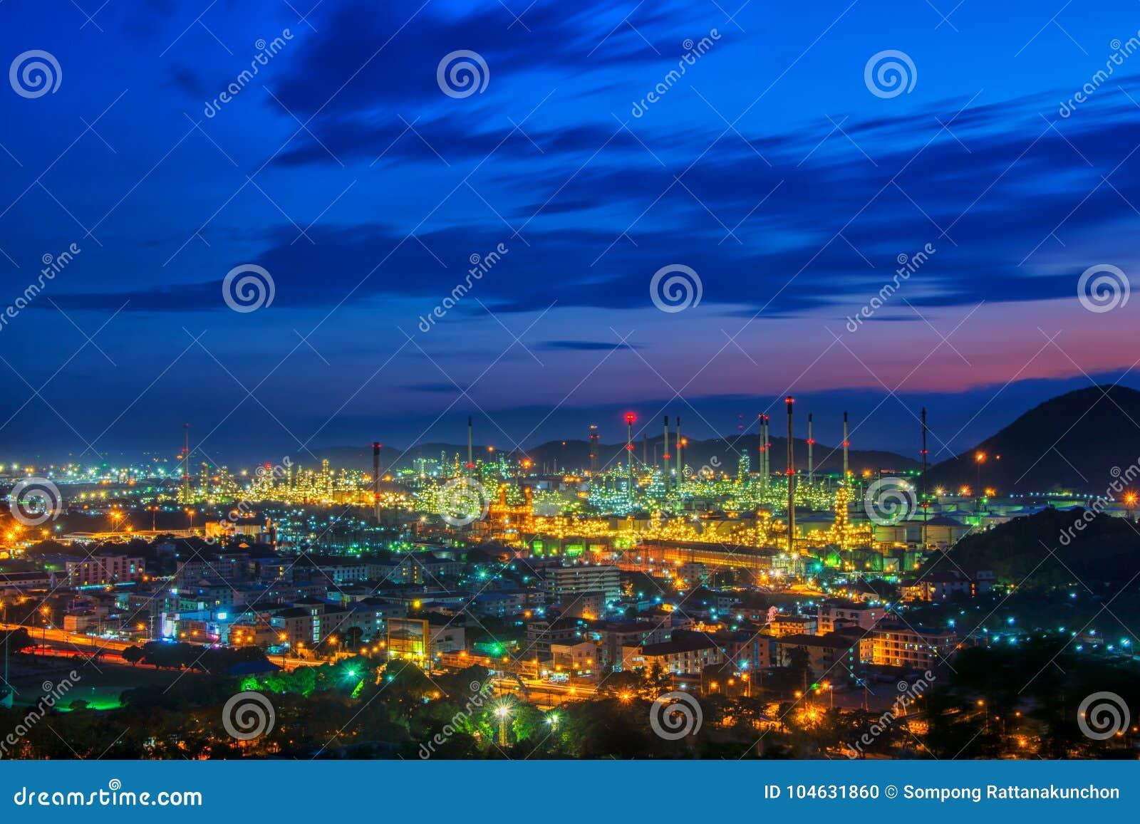 Ландшафт дороги и нефтеперерабатывающего предприятия