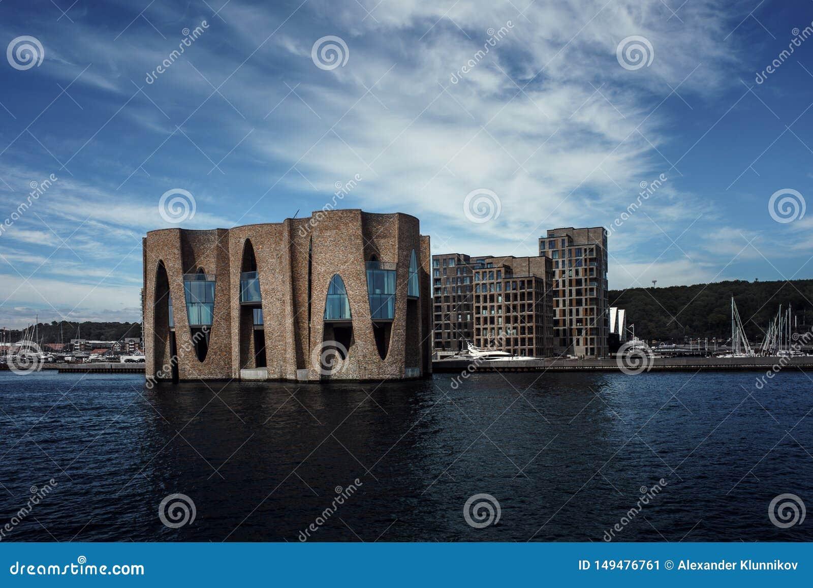 Ландшафт зданий около пристани Яхта на предпосылке новых зданий Дания