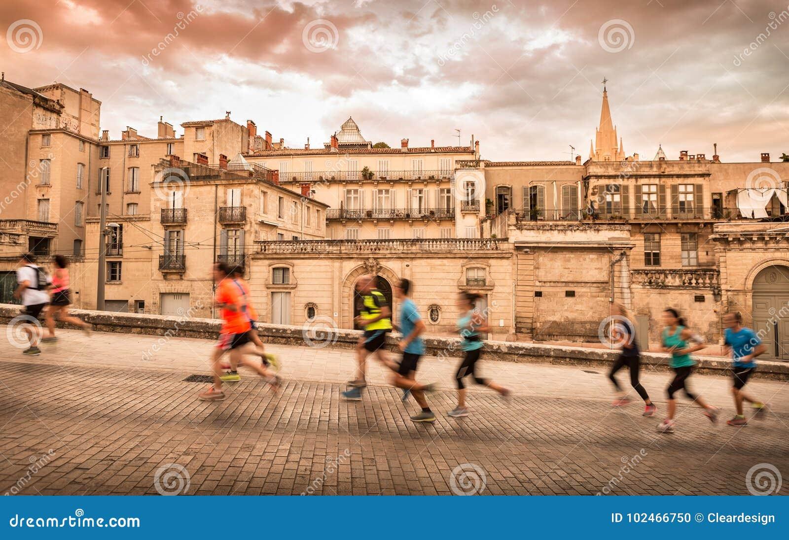 Ландшафт и бегуны городка Монпелье Франции старый
