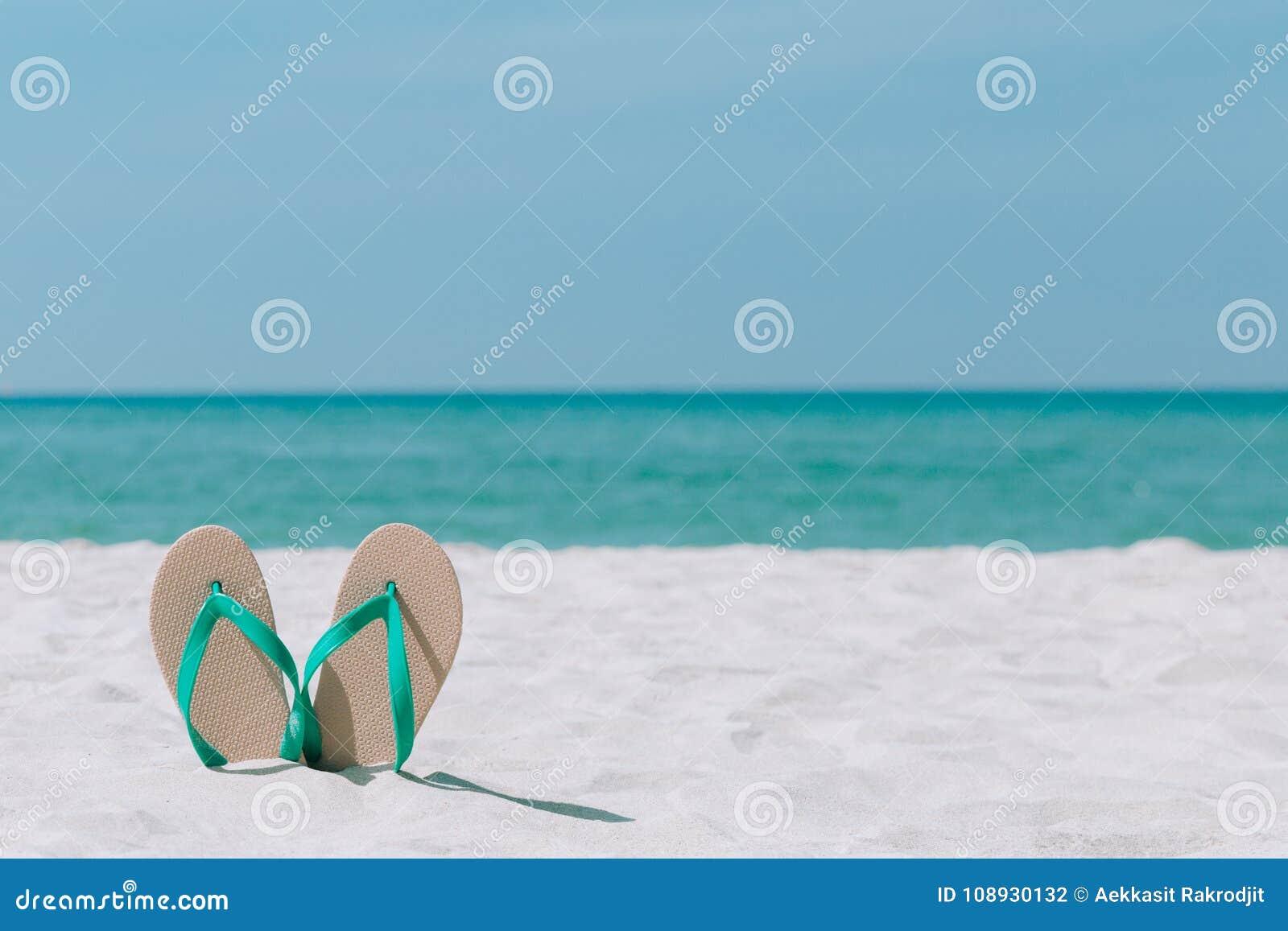 Ландшафт и сандалии океана на пляже Добро пожаловать лето