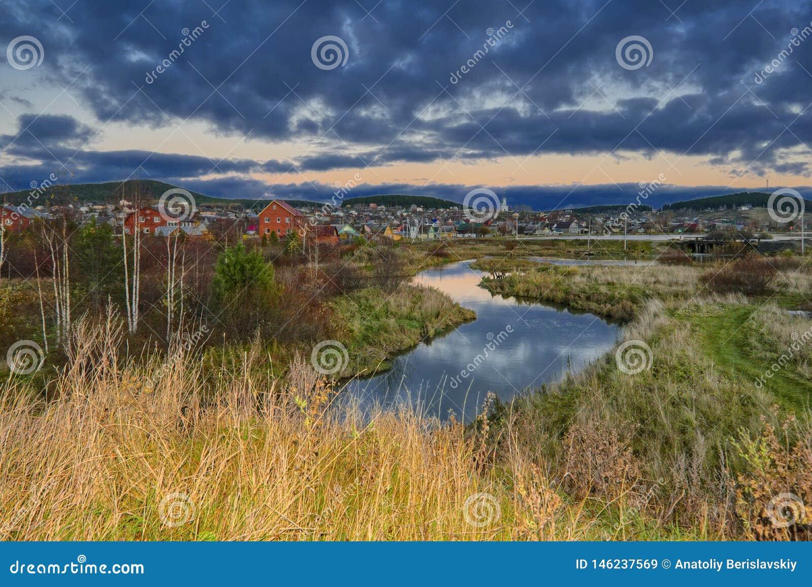 Ландшафт осени сельский в горах Ural