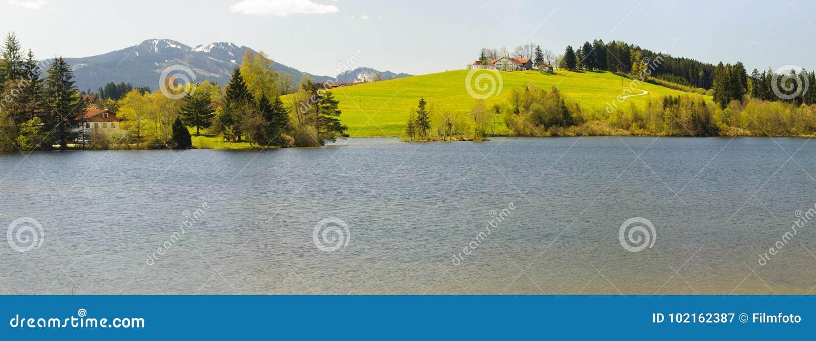 Ландшафт панорамы в Баварии с горами горных вершин