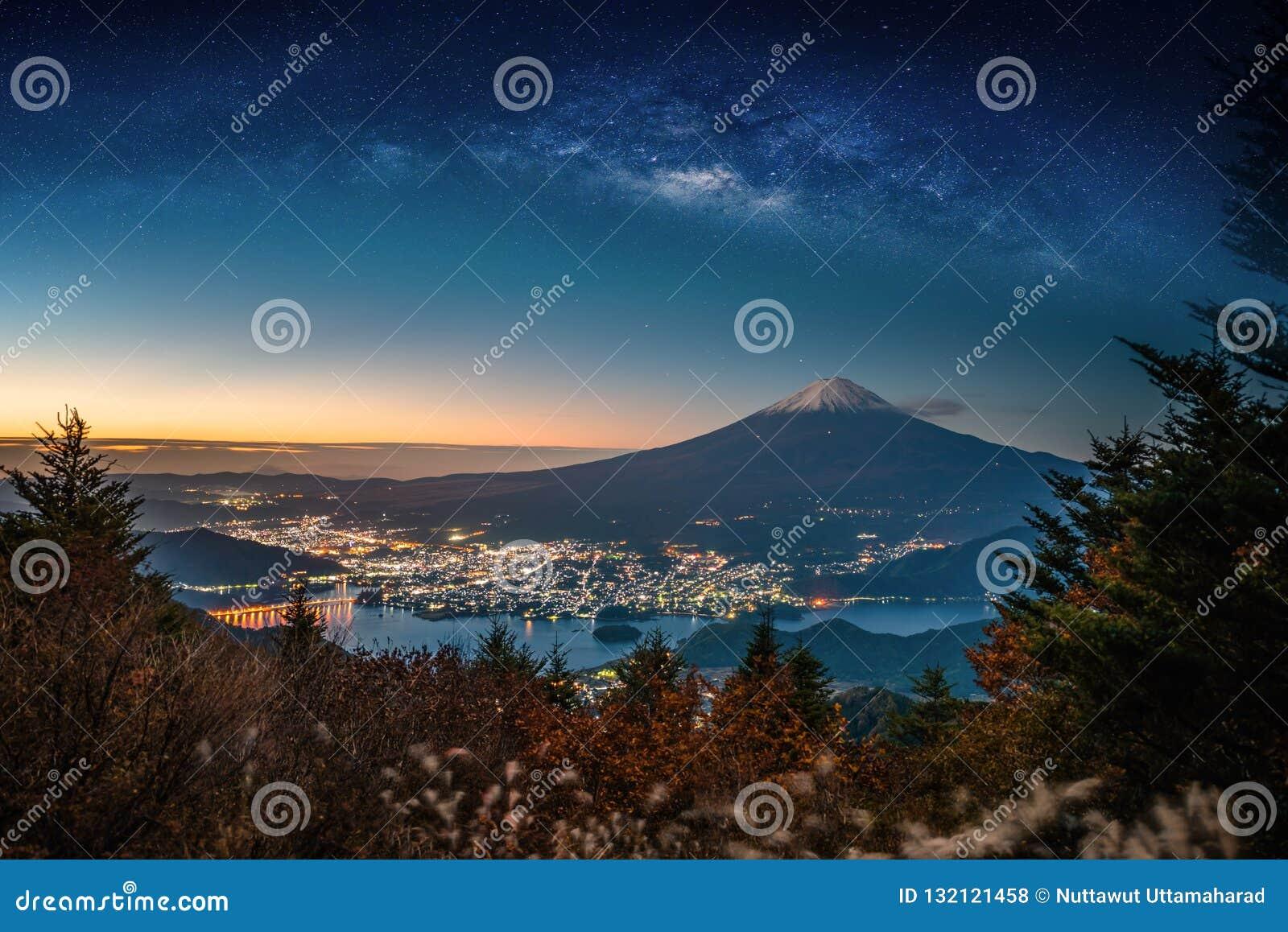 Ландшафт с галактикой млечного пути Mt Фудзи над озером Kawaguchiko