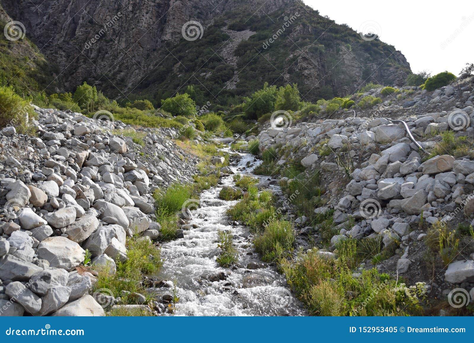 Ландшафт с горами и рекой во фронте Красивый пейзаж