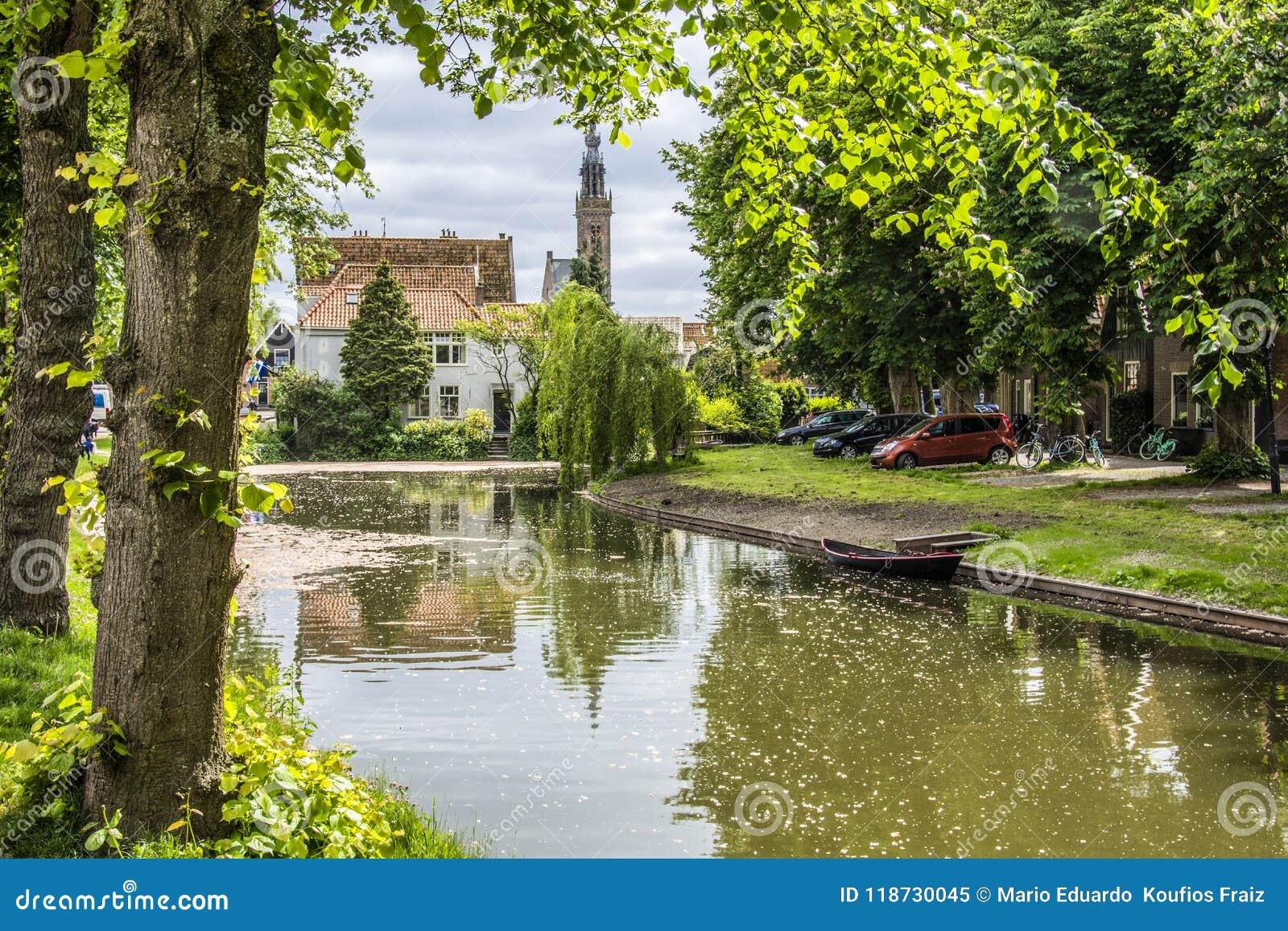 Ландшафт с куполом канала и церков Эдамер Нидерланд