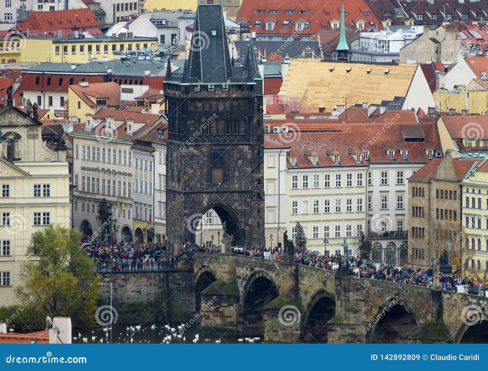 Ландшафт фокуса Праги на Карловом мосте