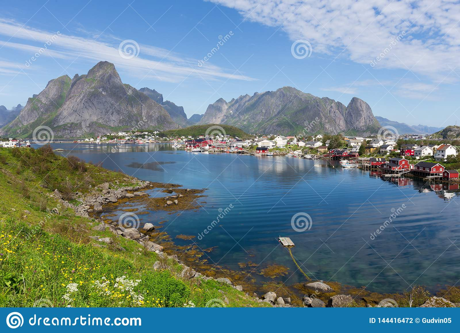 Ландшафт Lofoten лета Lofoten архипелаг в графстве Nordland, Норвегии Известен за отличительный пейзаж с