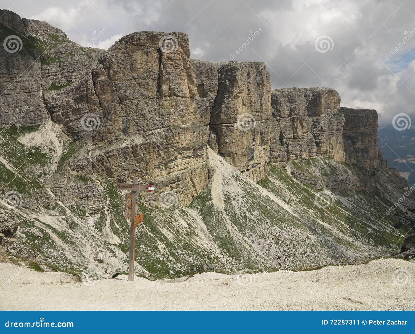 Download Ландшафты гор доломитов, Corvara Alta Badia, Италия Стоковое Изображение - изображение насчитывающей пик, горы: 72287311