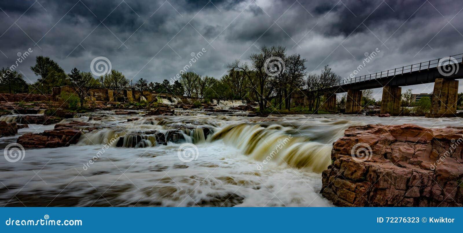 Download Ландшафты Sioux Falls Южной Дакоты Соединенных Штатов Стоковое Изображение - изображение насчитывающей развилки, река: 72276323