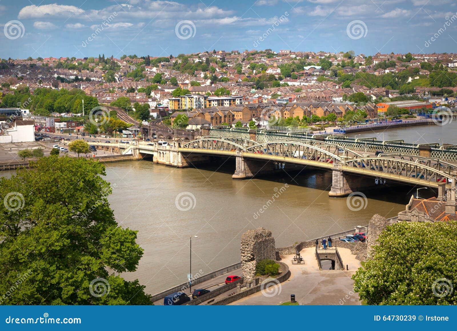 Ландшафт вокруг города Rochester включает реку Кент и яхт-клуб