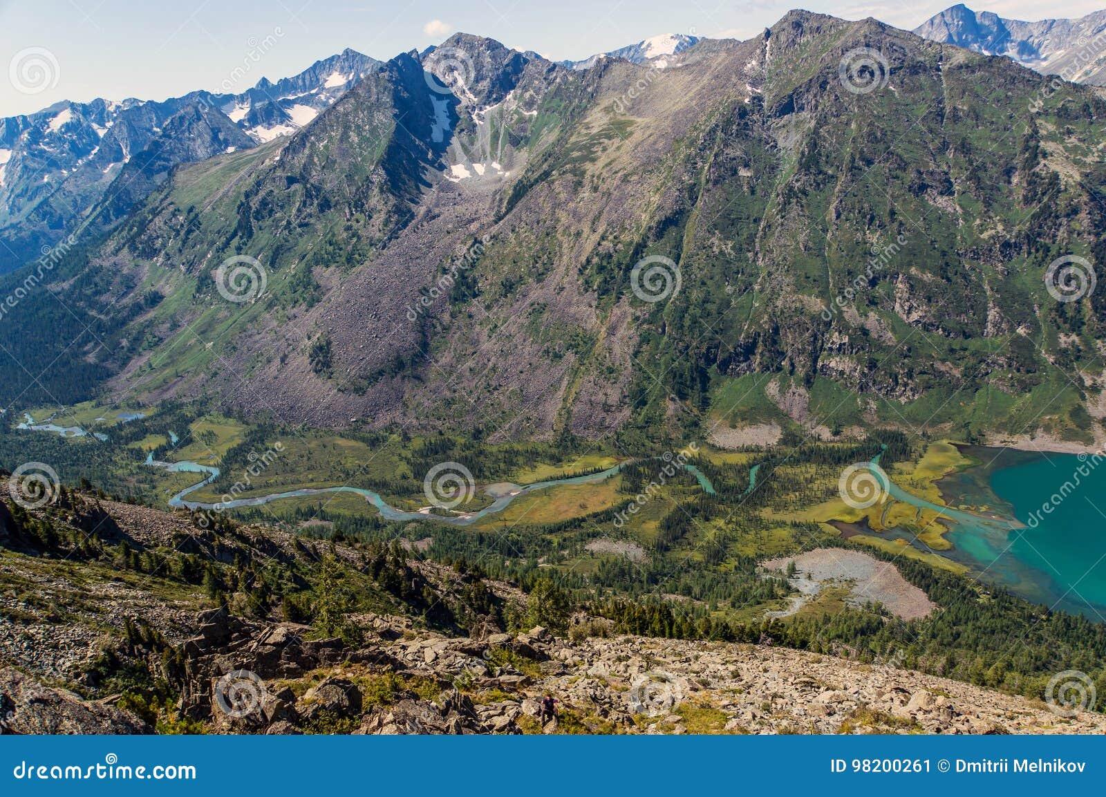 Download Ландшафт горы с озером в Алтай, России Стоковое Изображение - изображение насчитывающей green, гора: 98200261