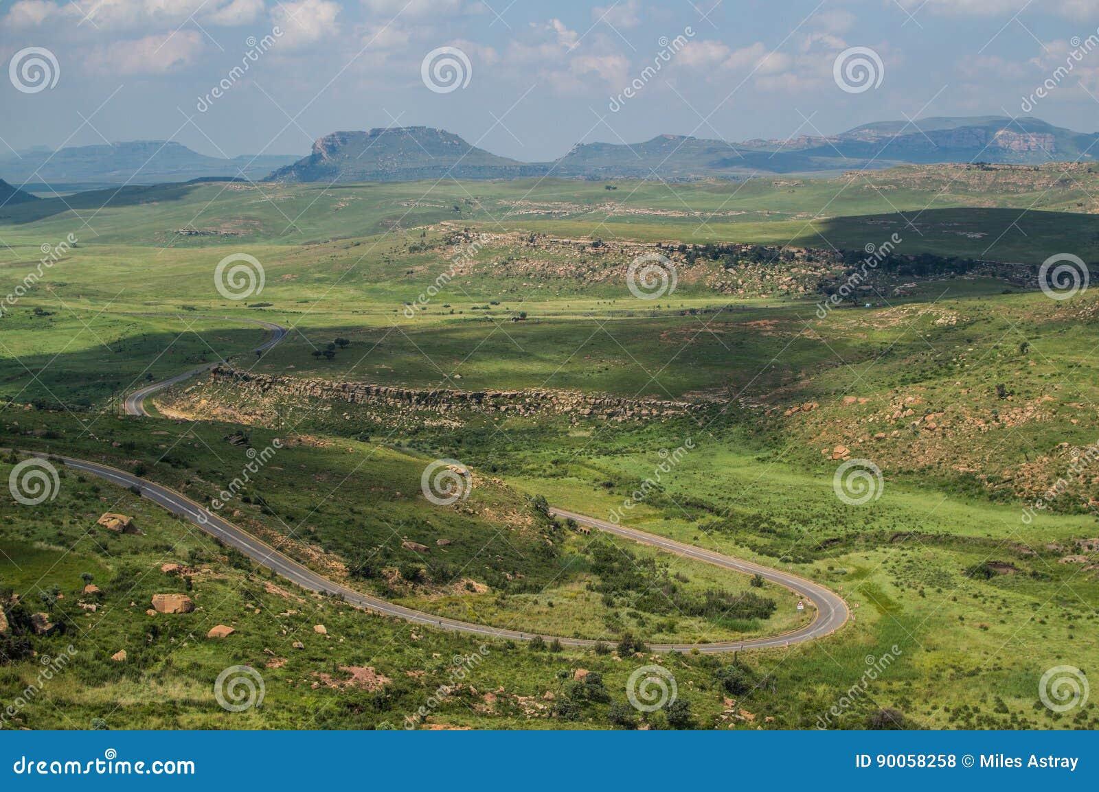 Ландшафт горы с шоссе в гористых местностях золотого строба