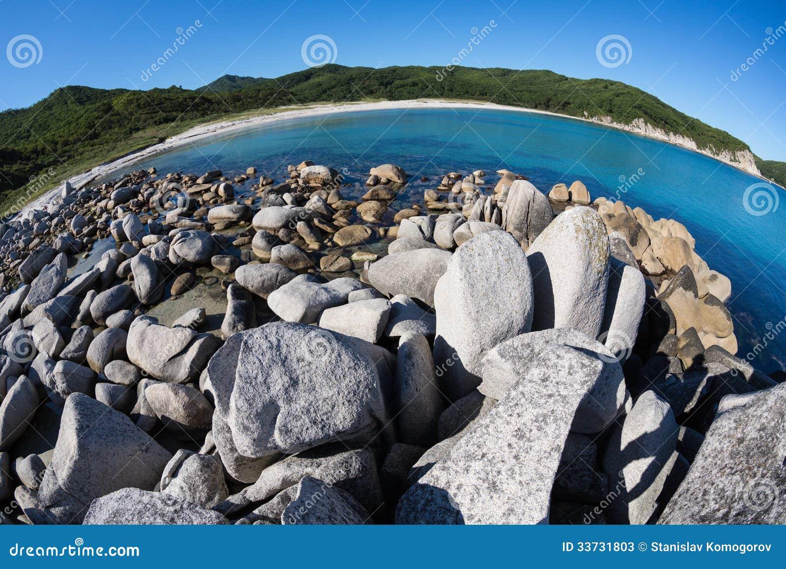 Ландшафт лета скалистого морского побережья.