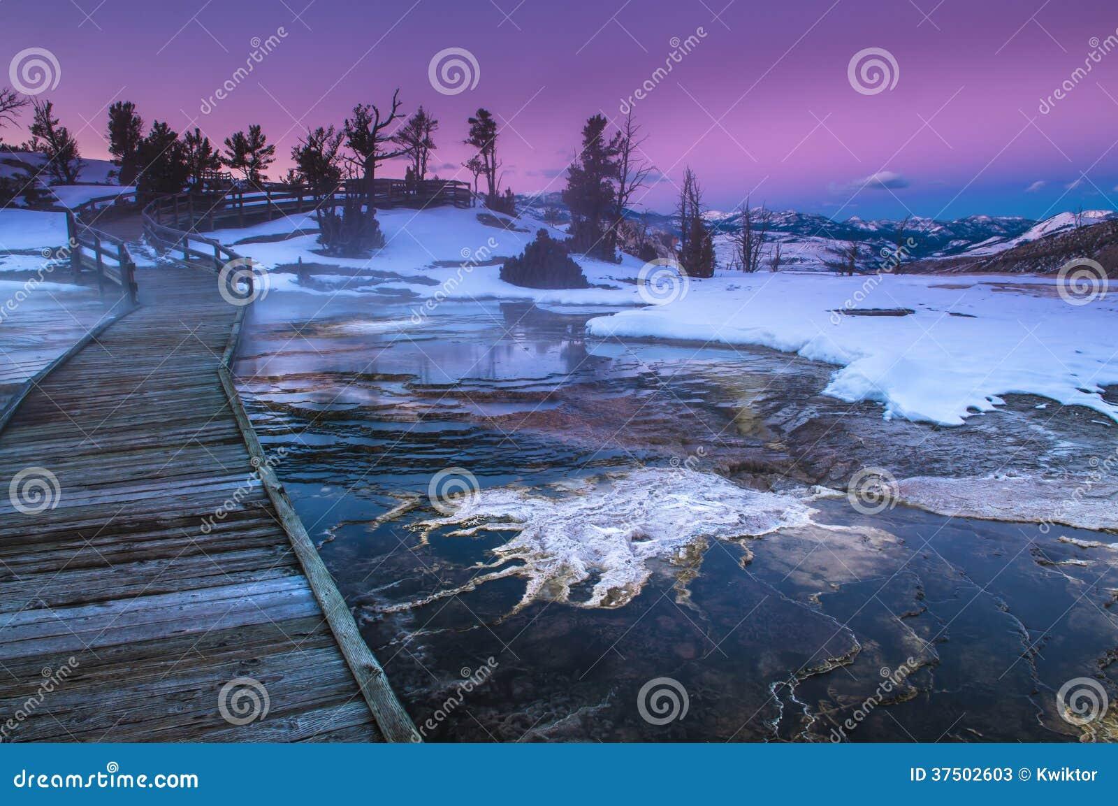Ландшафт зимы Йеллоустона на заходе солнца