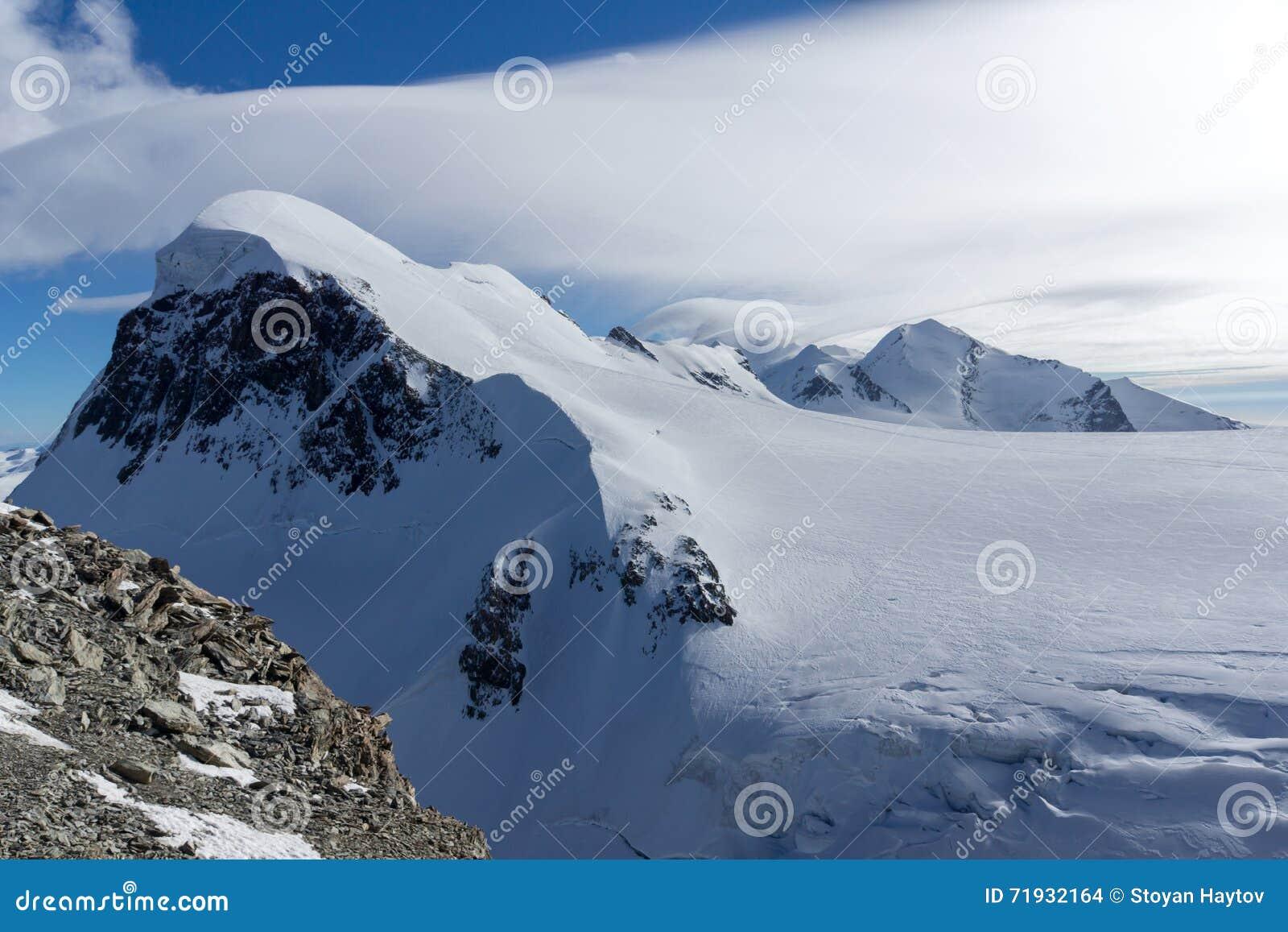 Ландшафт зимы швейцарца Альпов и держателя Breithorn, Швейцарии