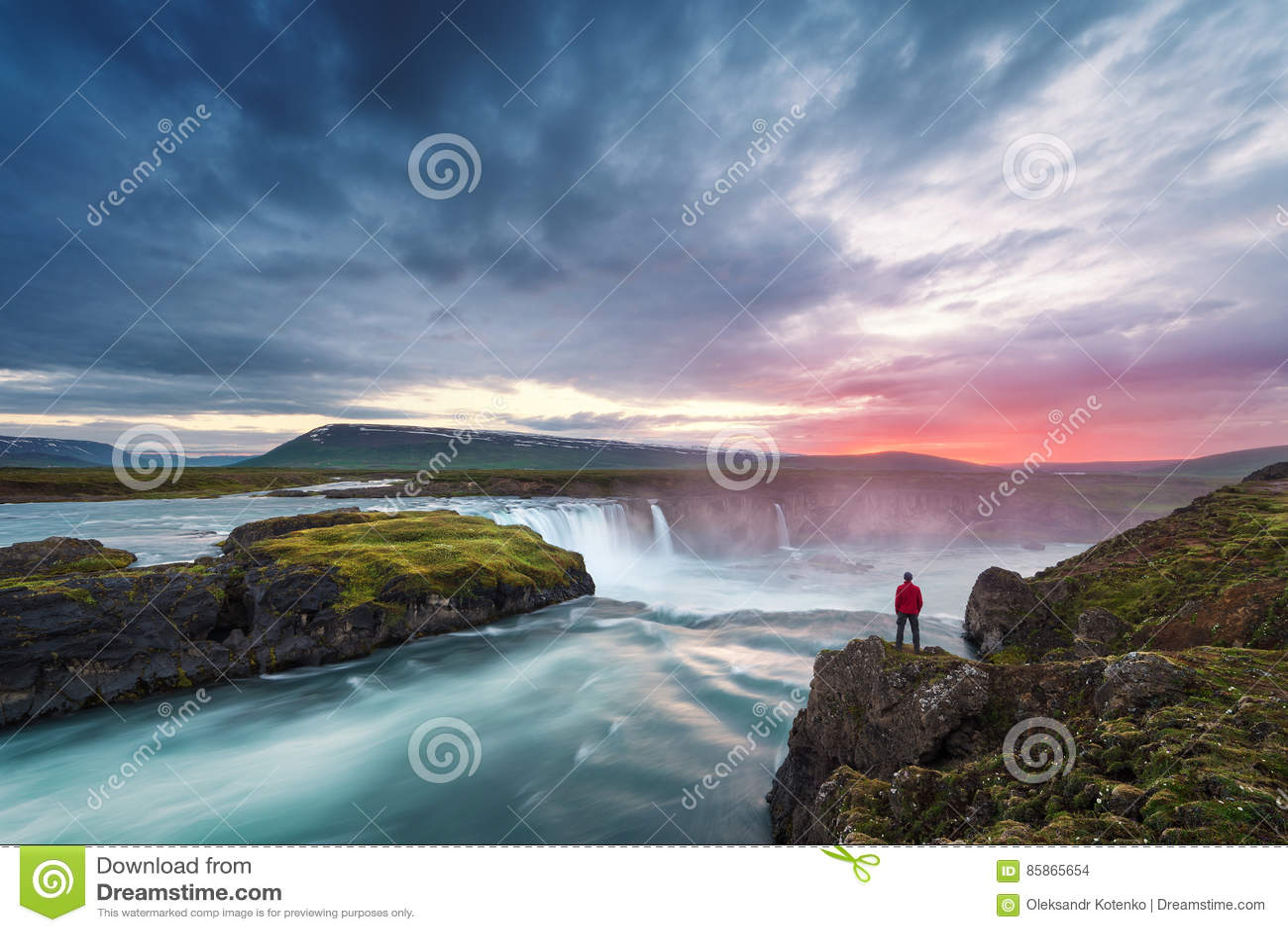 Ландшафт Исландии с водопадом Godafoss
