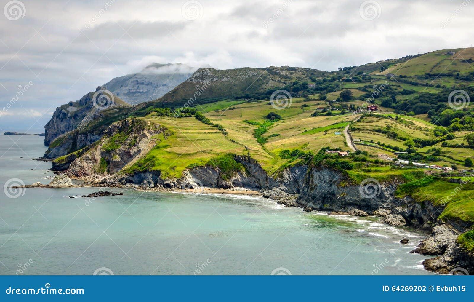 Ландшафт Кантабрии с холмом, полем и скачком побережьем Атлантического океана