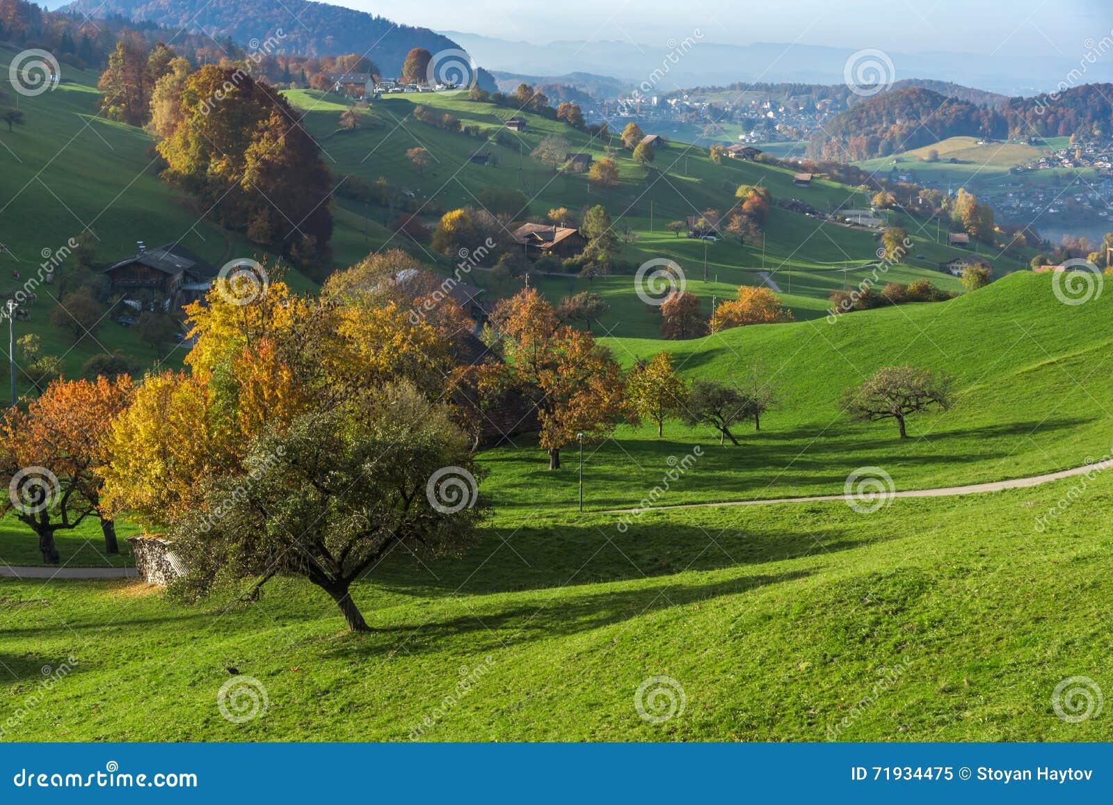 Ландшафт осени типичной деревни Швейцарии около городка Интерлакена