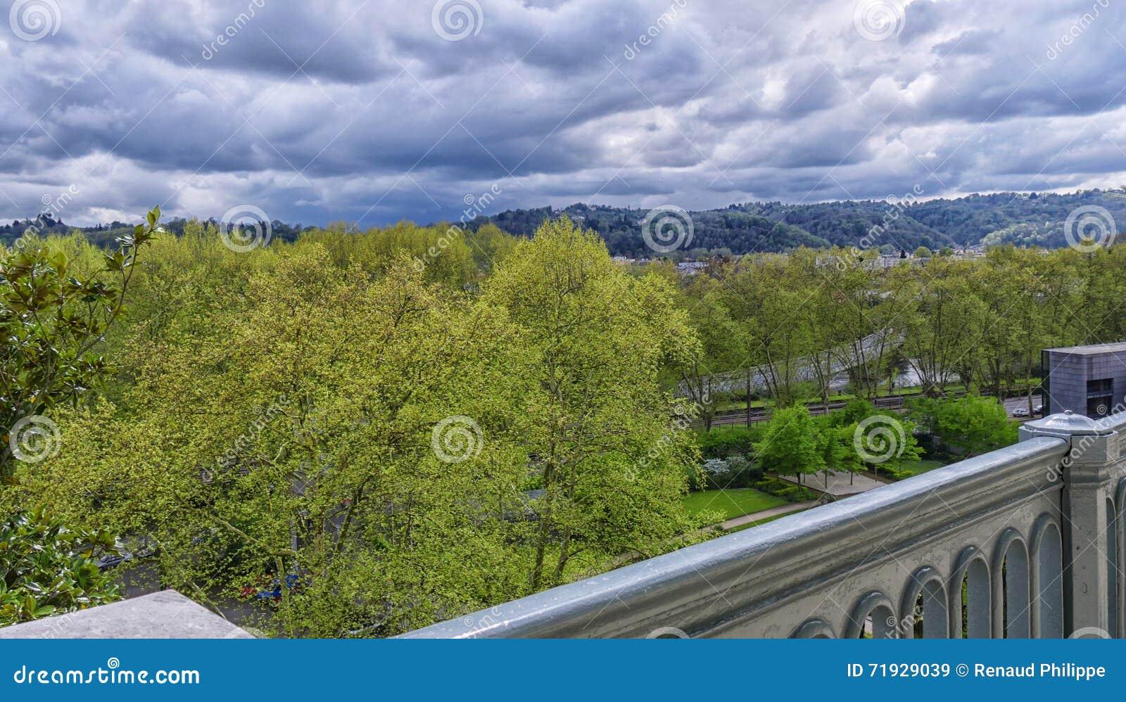 Ландшафт с листвой и угрожая небесами