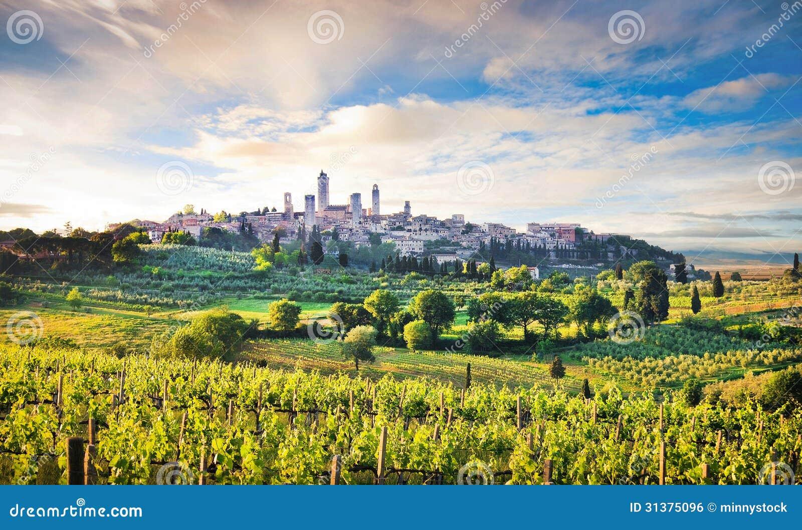 Ландшафт Тосканы с городом San Gimignano на заходе солнца, Италии