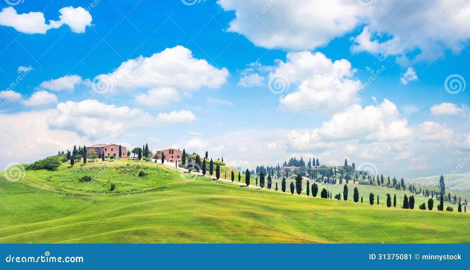 Ландшафт Тосканы с домами на холме