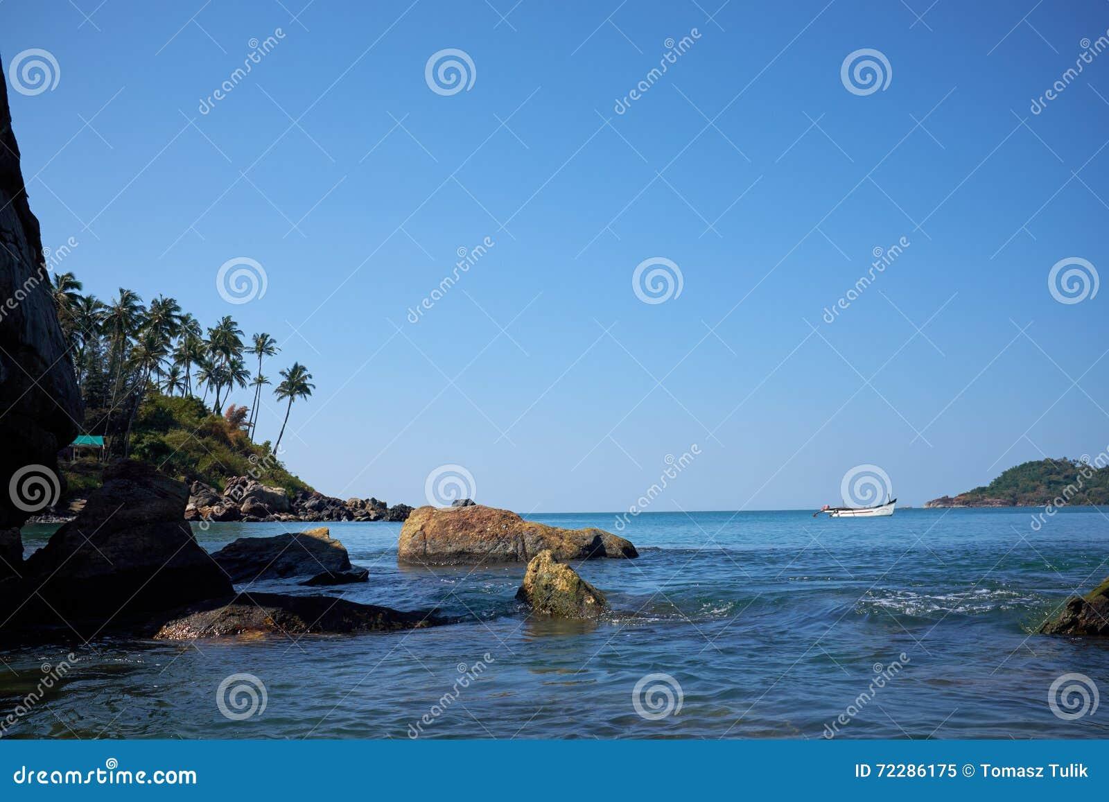 Download Ландшафт тропического пляжа с утесами Стоковое Изображение - изображение насчитывающей seascape, красивейшее: 72286175