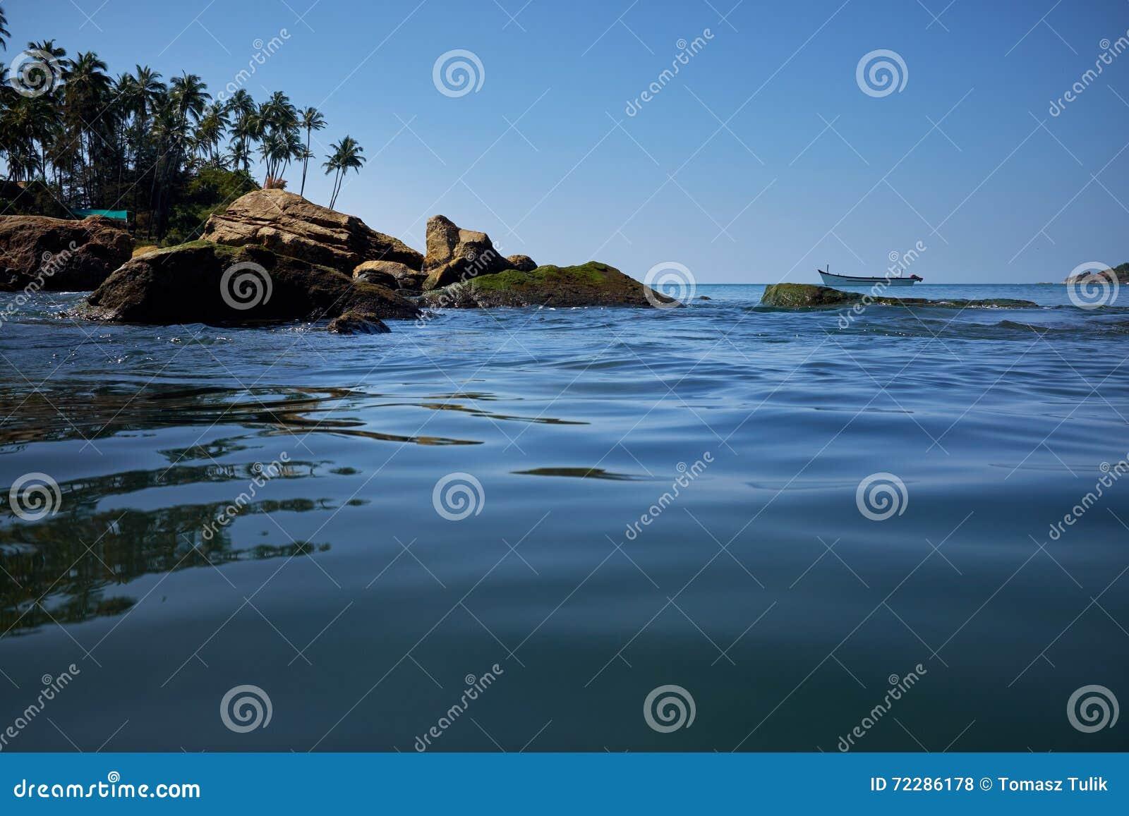 Download Ландшафт тропического пляжа с утесами Стоковое Фото - изображение насчитывающей курорт, рай: 72286178