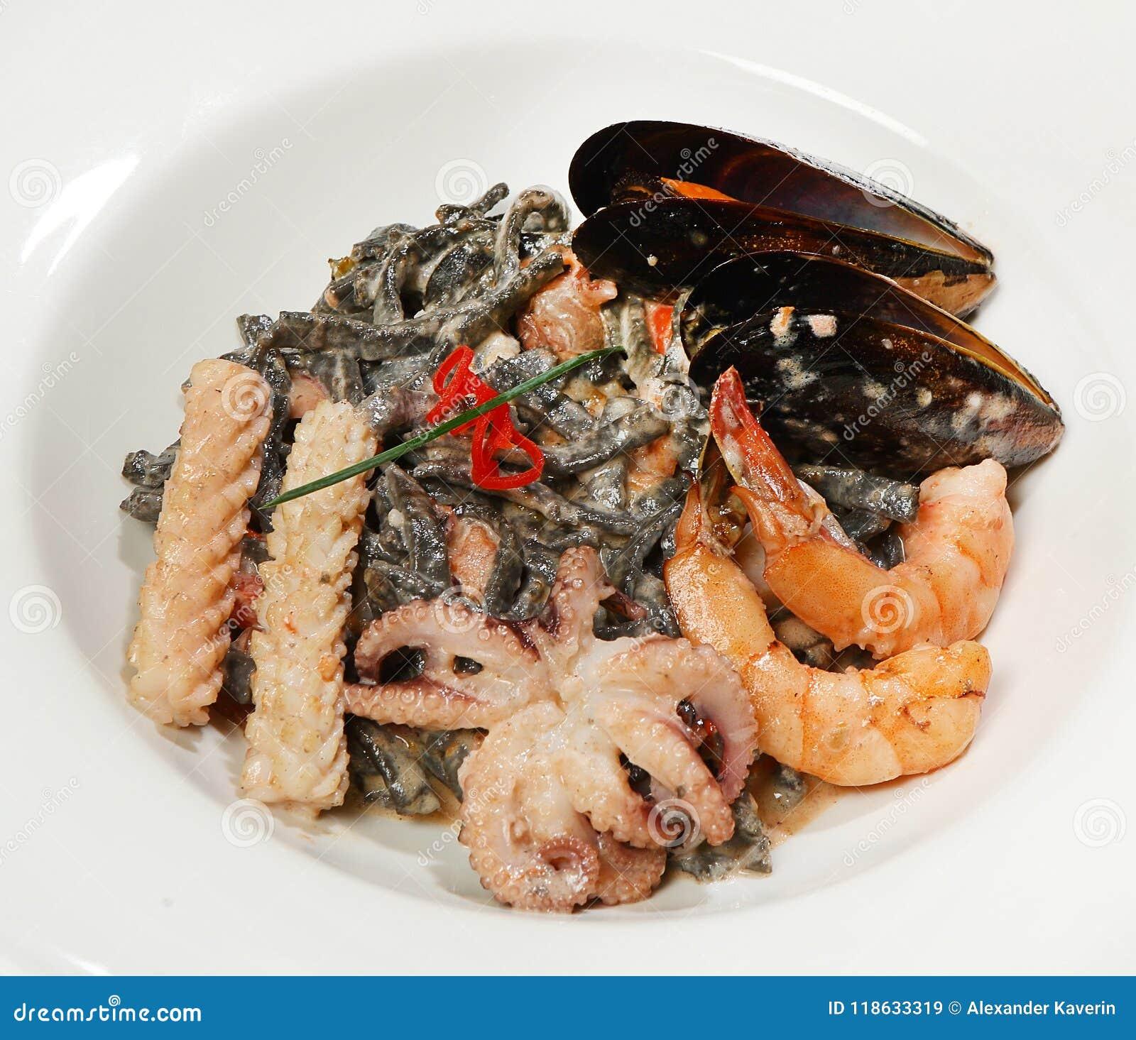 Лапши лапшей стиля вьетнамца первоначально черные с коктеилем моря, мини осьминогами, кальмаром, креветкой и голубыми мидиями в с