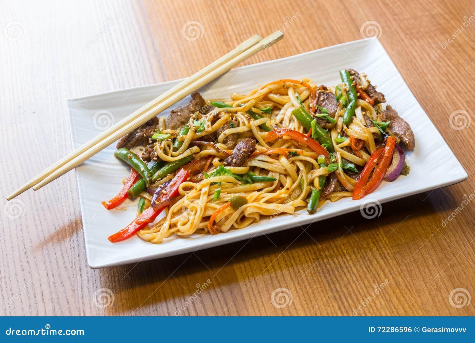 Download Лапши Udon с говядиной в азиатском ресторане Стоковое Фото - изображение насчитывающей здорово, плита: 72286596