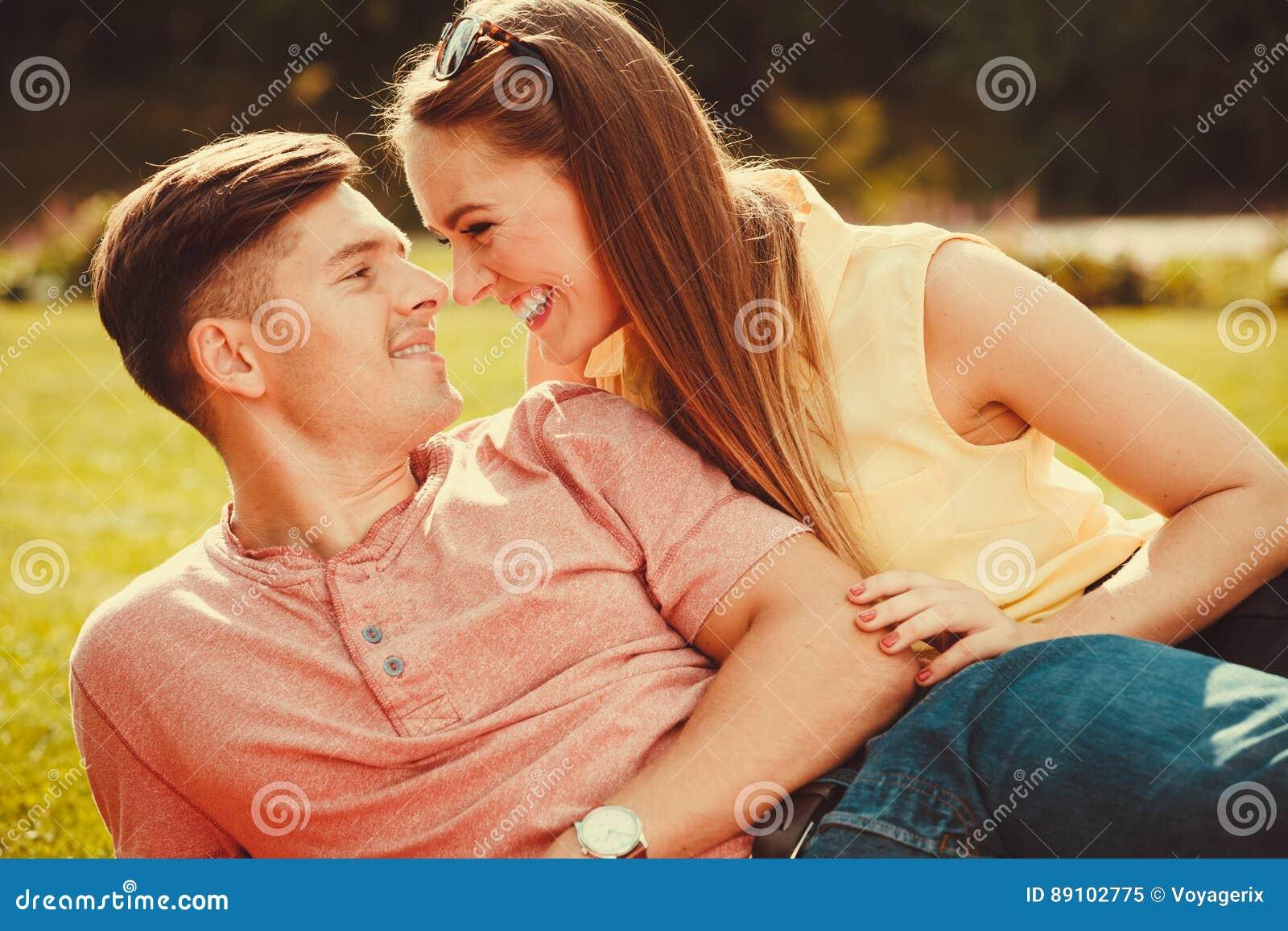 Ласковые пары на траве