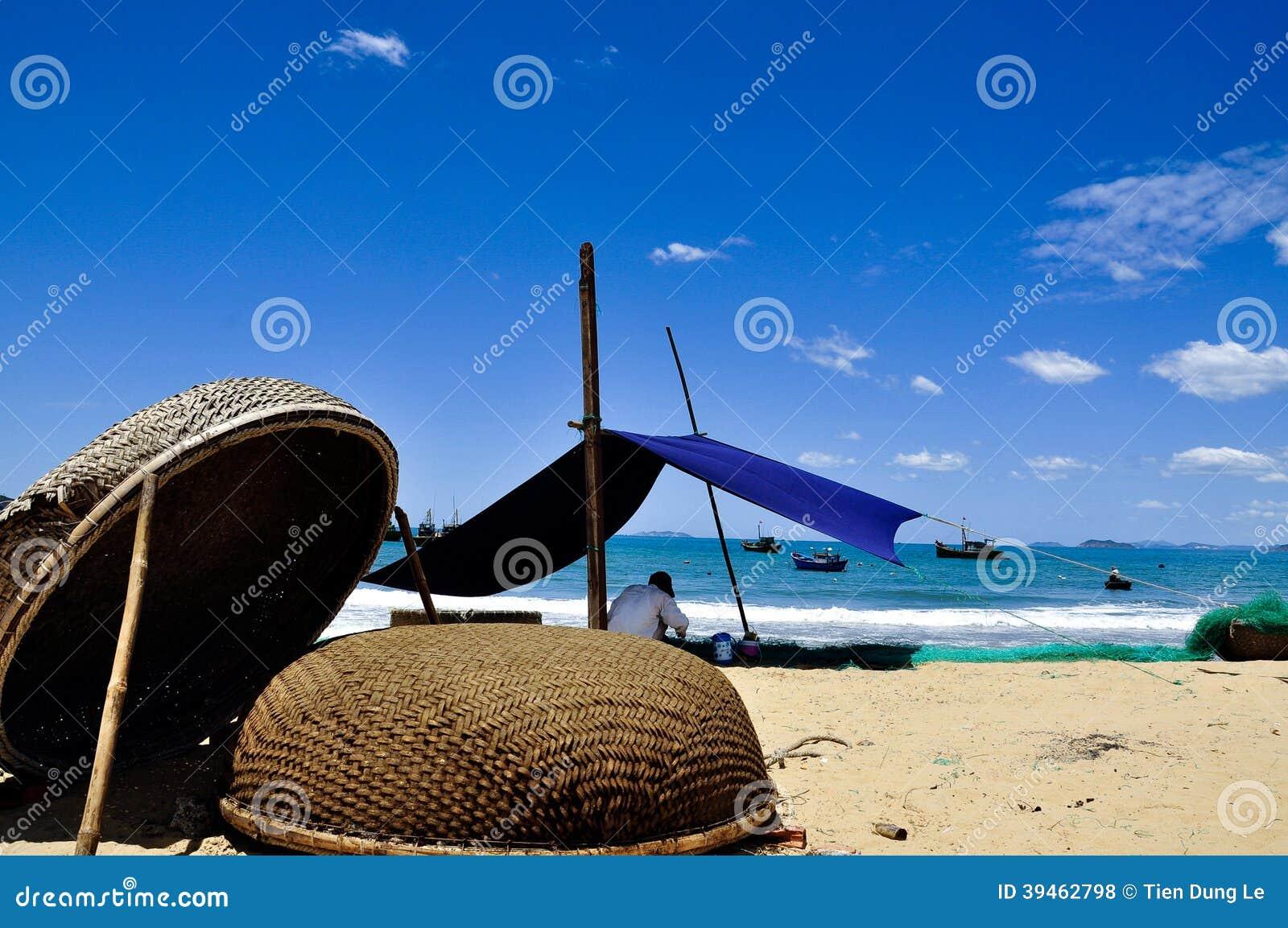 Латая рыболовные сети на пляже Quy Nhon