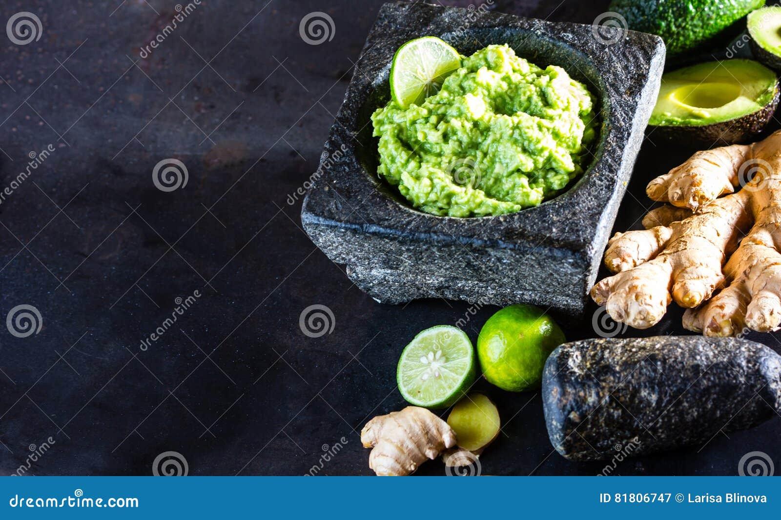 Латино-американское мексиканское гуакамоле с имбирем авокадоа, известкой в каменном миномете