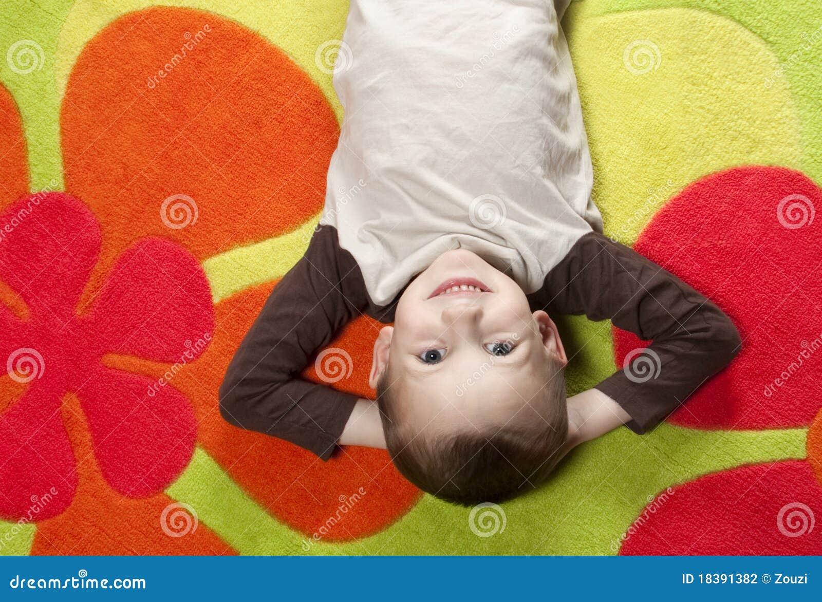 лежать ковра мальчика цветастый