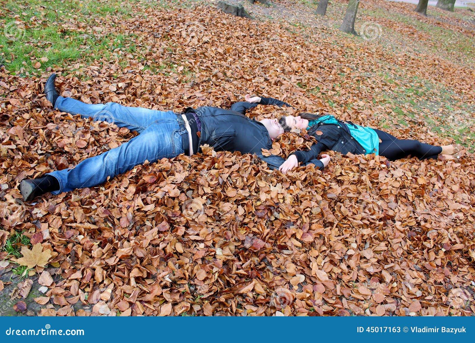 лежать в листьях