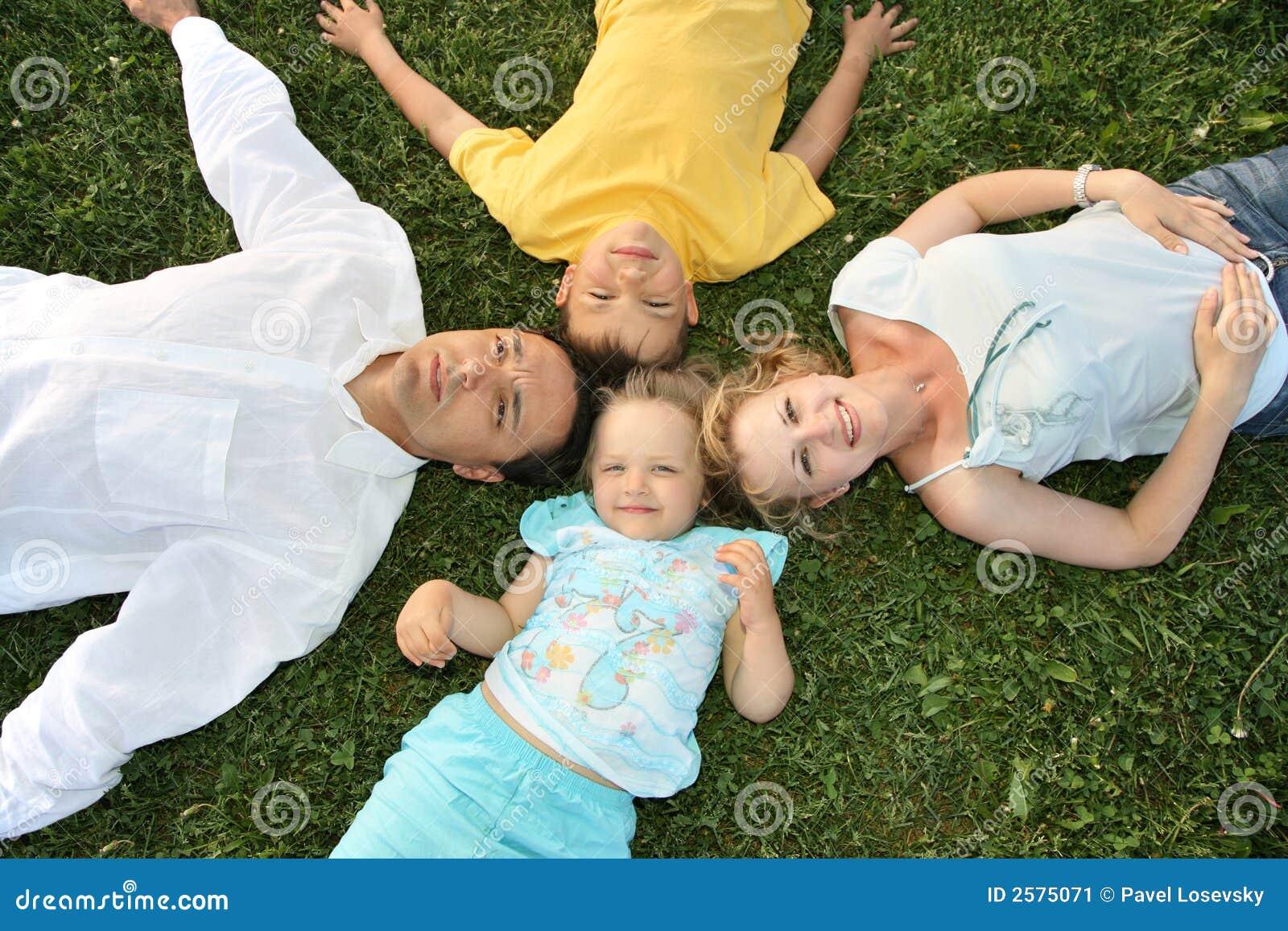 лежать семьи