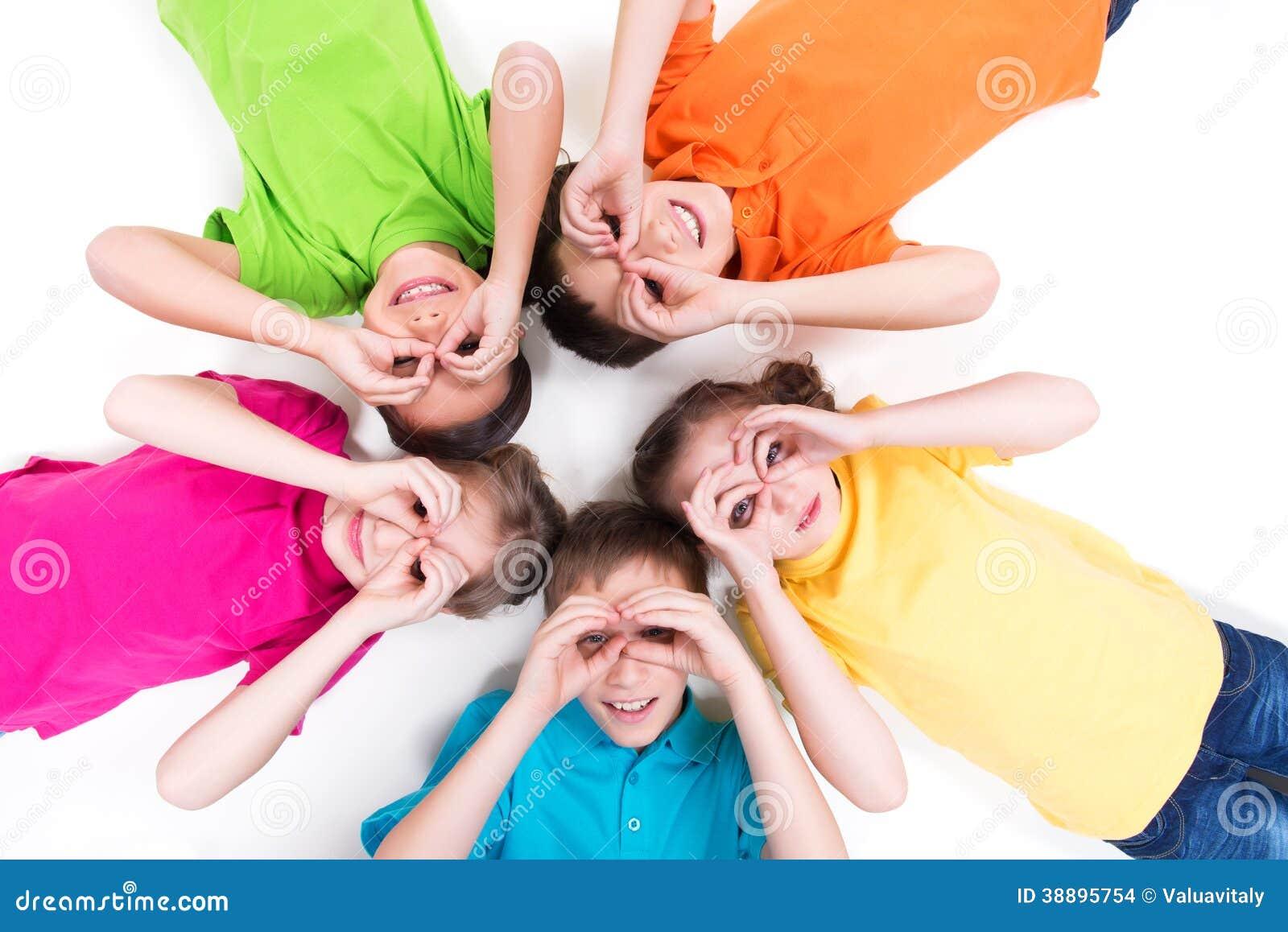 Лежать 5 счастливый детей.