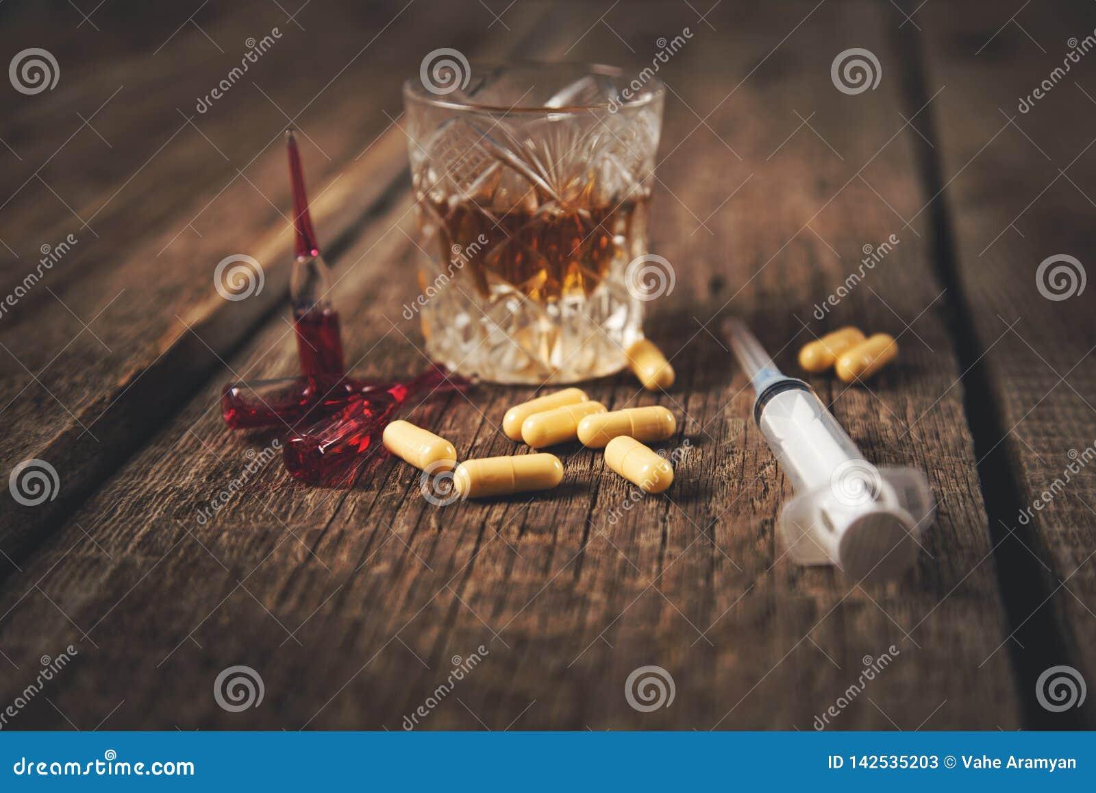 Лекарство со шприцем и вискиом