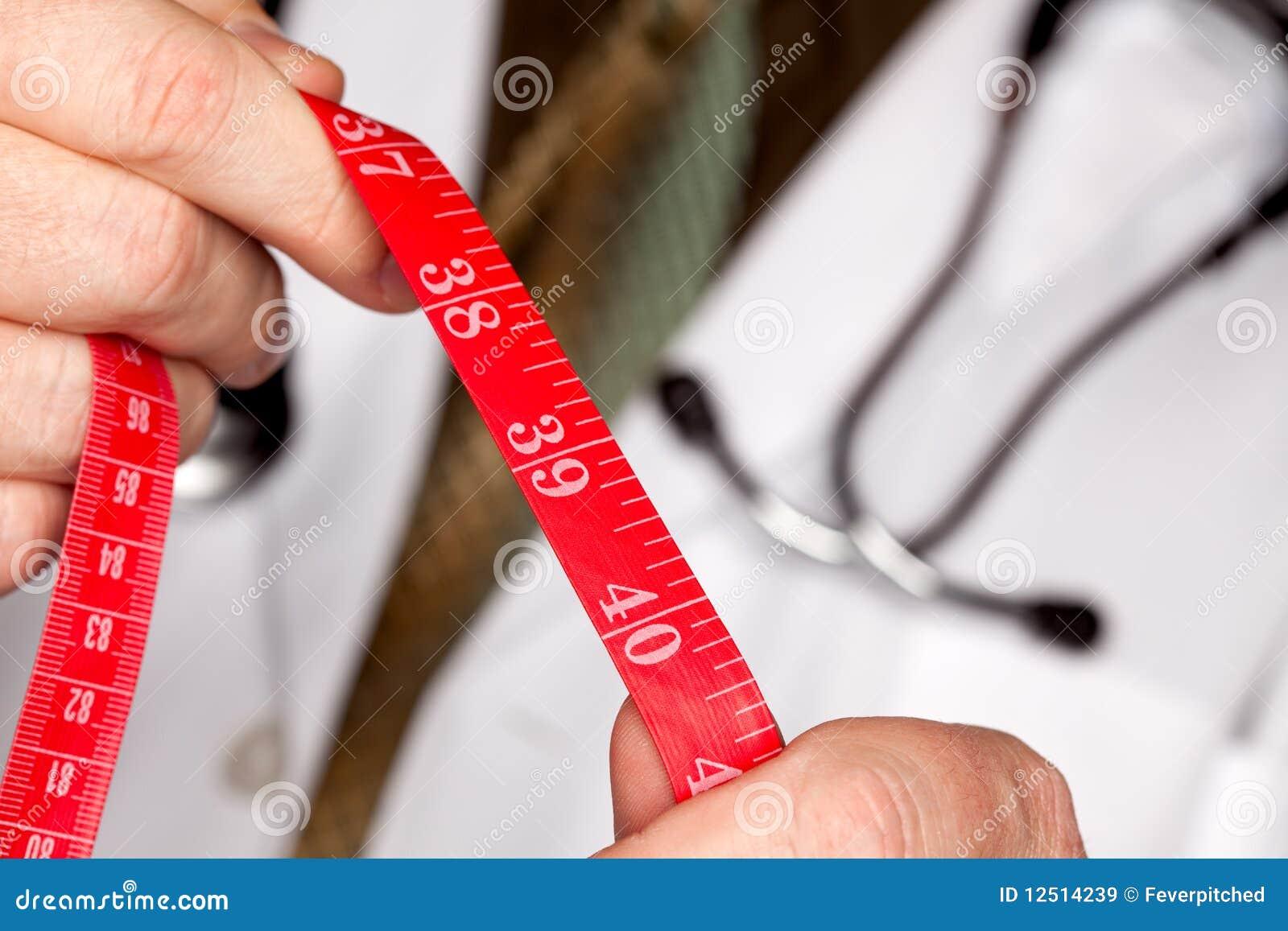 лента стетоскопа удерживания доктора измеряя