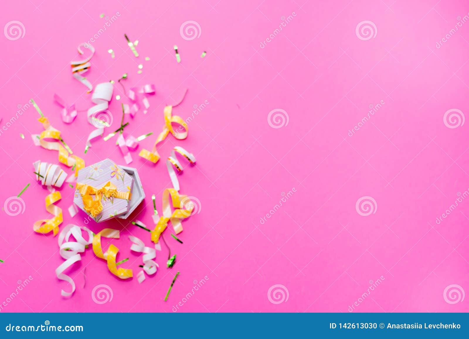 Ленты партии Colorul на розовой предпосылке белизна торжества изолированная принципиальной схемой Плоское положение