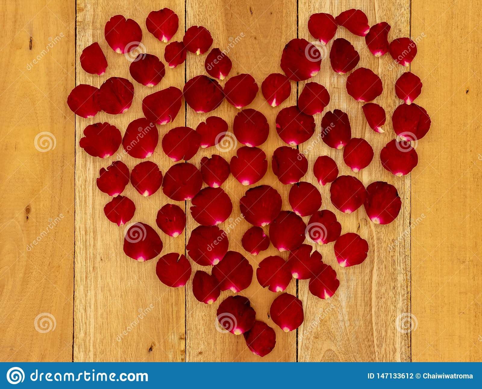Лепестки розы аранжировали в форме сердца