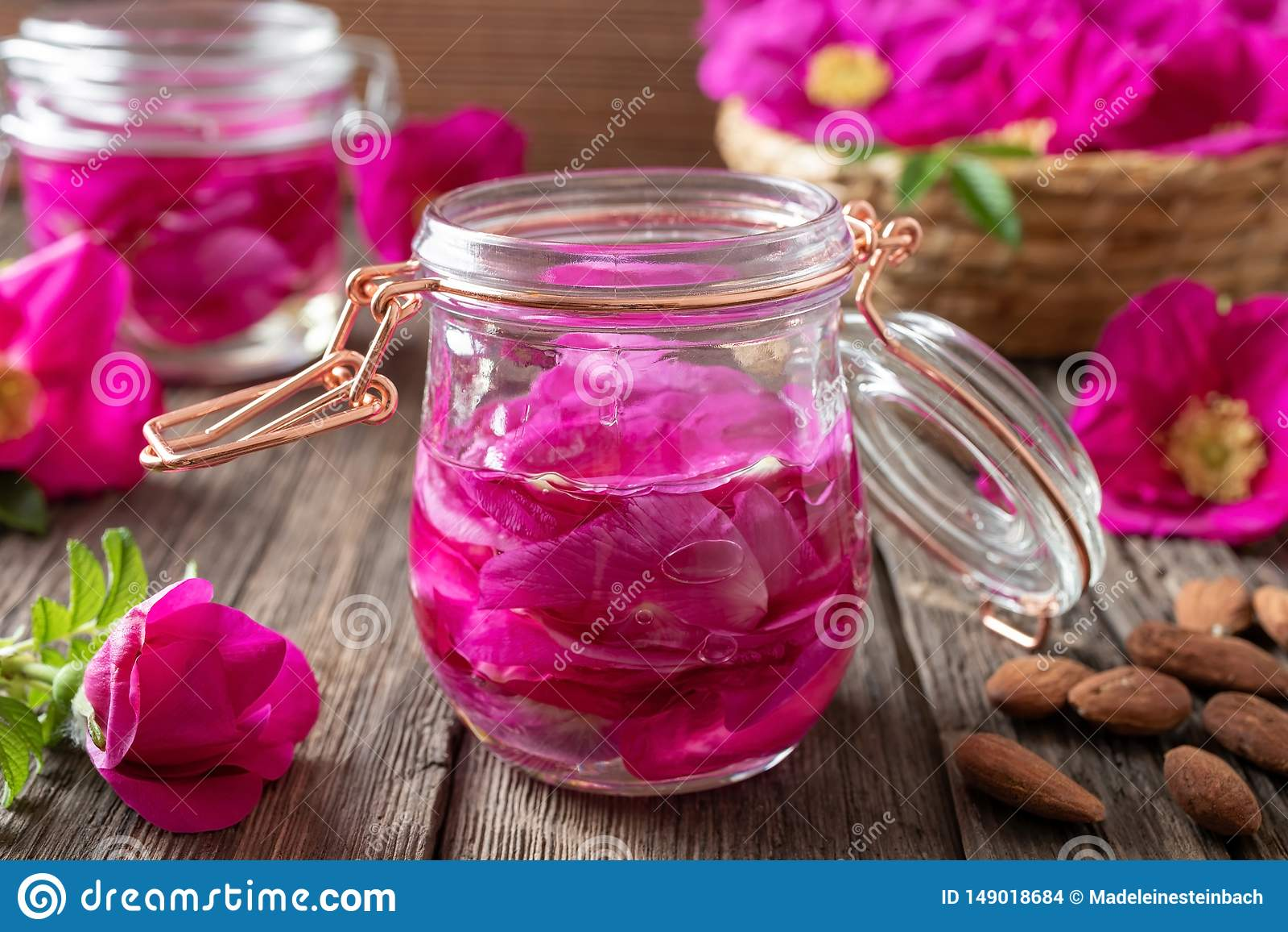 Лепестки розы Rugosa вымачивая в миндальном масле