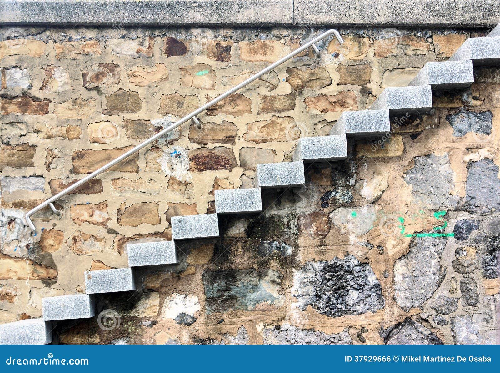 Лестница с каменными шагами outdoors