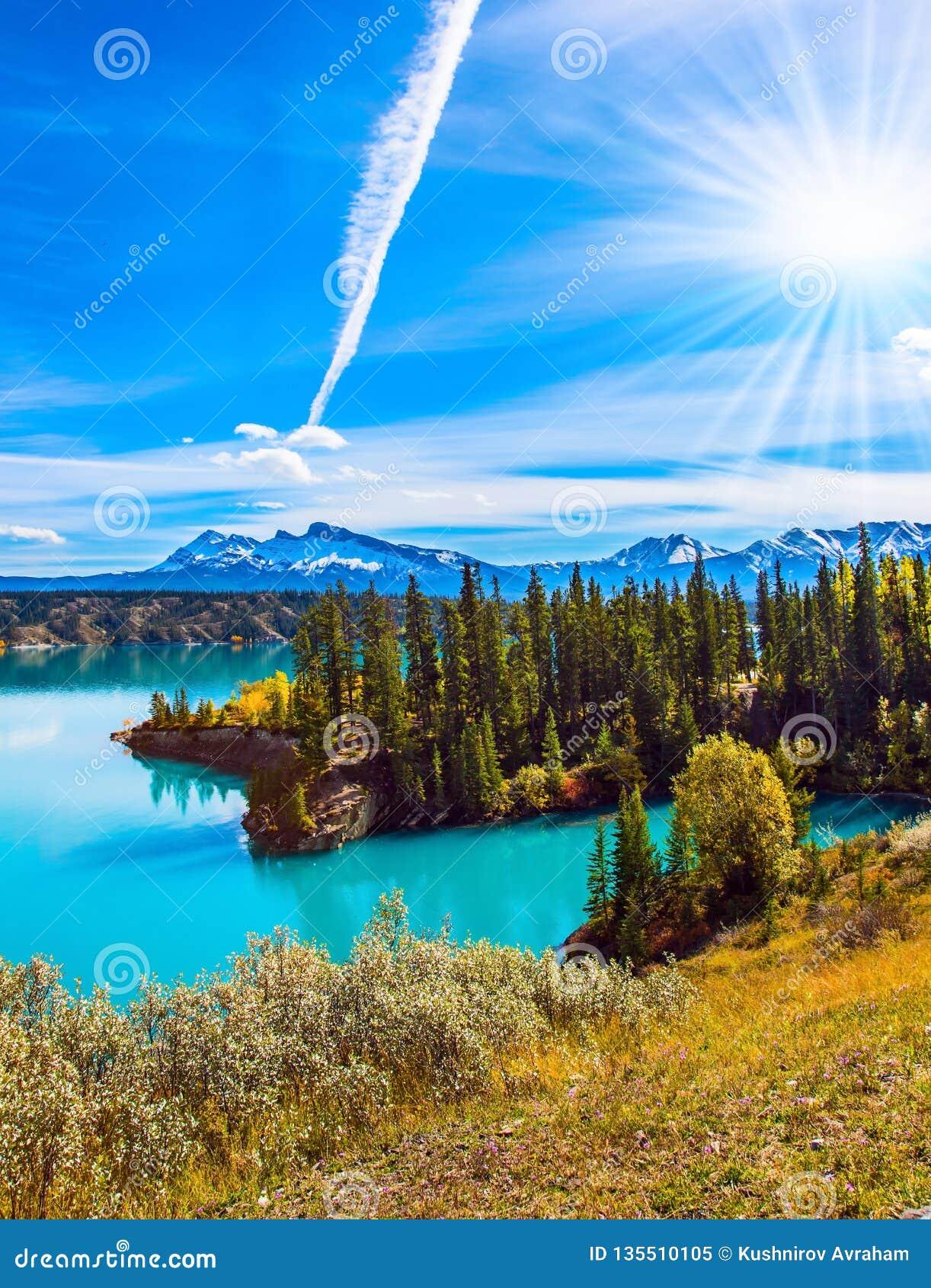 Лес окружает лазурное озеро