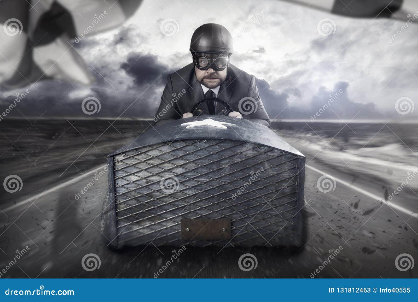 Летание бизнесмена с деревянным самолетом игрушки