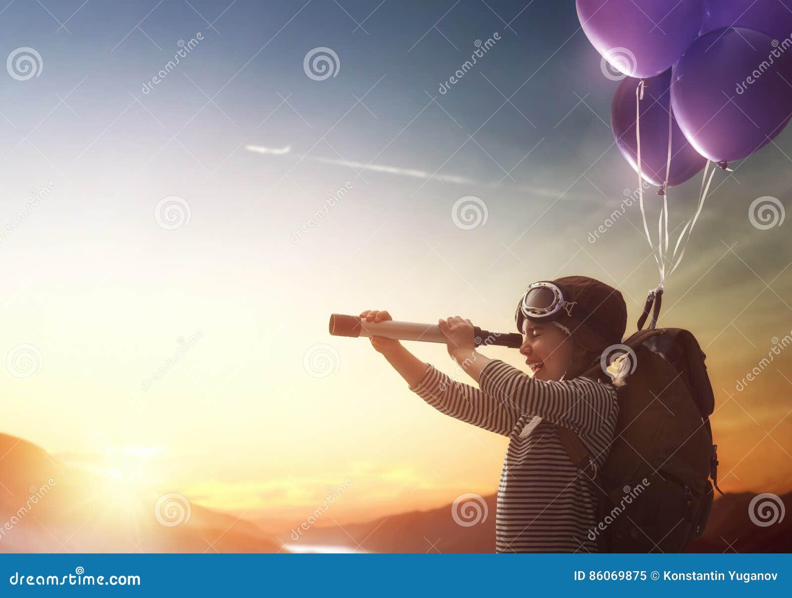 Летание ребенка на воздушных шарах