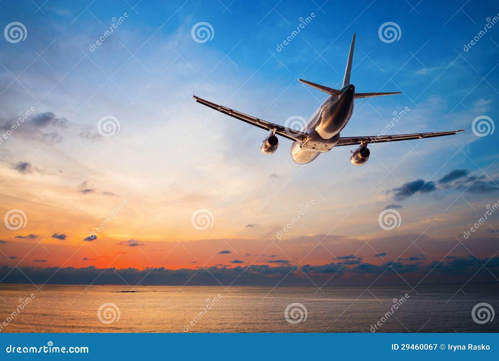 Летание самолета на заходе солнца
