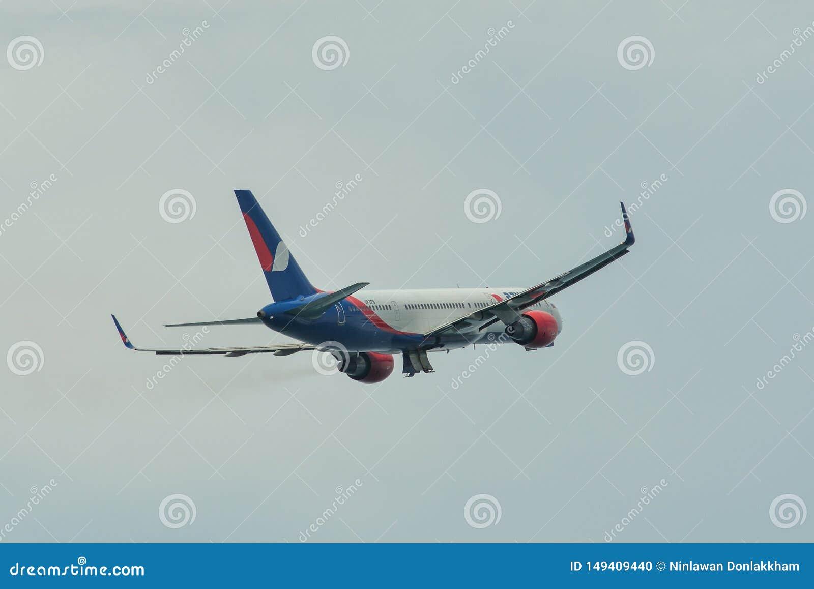 Летание самолета пассажира в воздухе