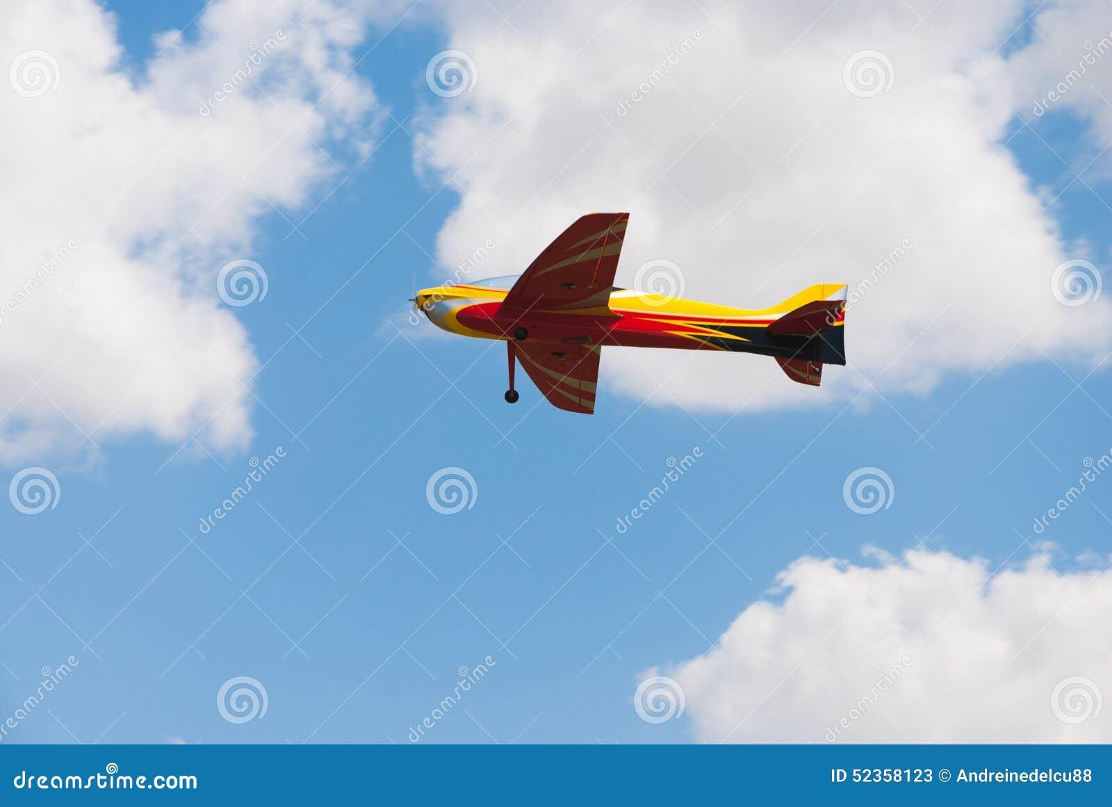 Летание самолета желтого цвета RC модельное