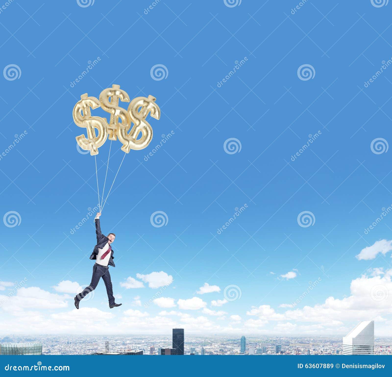 Летание человека с воздушными шарами доллара над городом